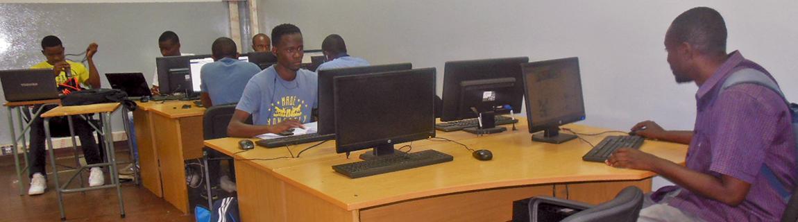 Para apoiar o ensino e aprendizagem contamos com uma sala de informática altamente equipa